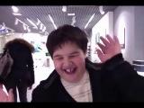 мальчик в магазине apple