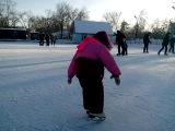 моя малышка учится кататься на коньках